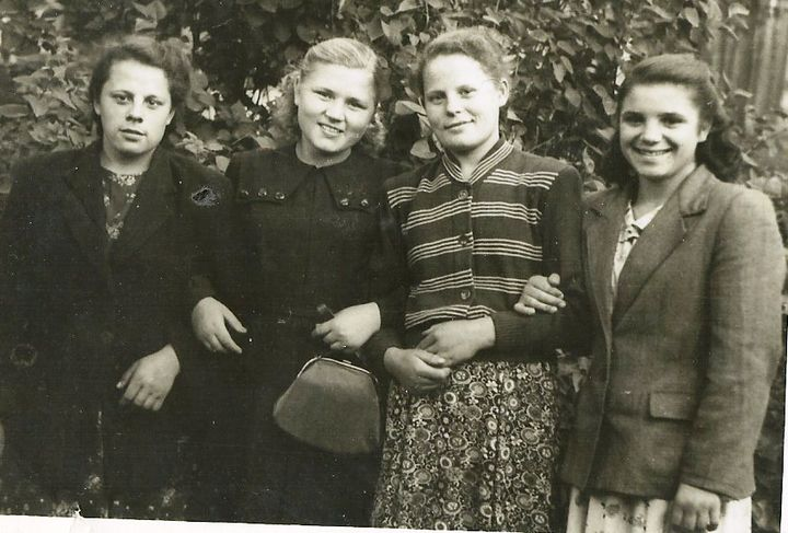 Сестра Валя, подруга Зина, Нина Дмитриевна, Юля. (слева направо)